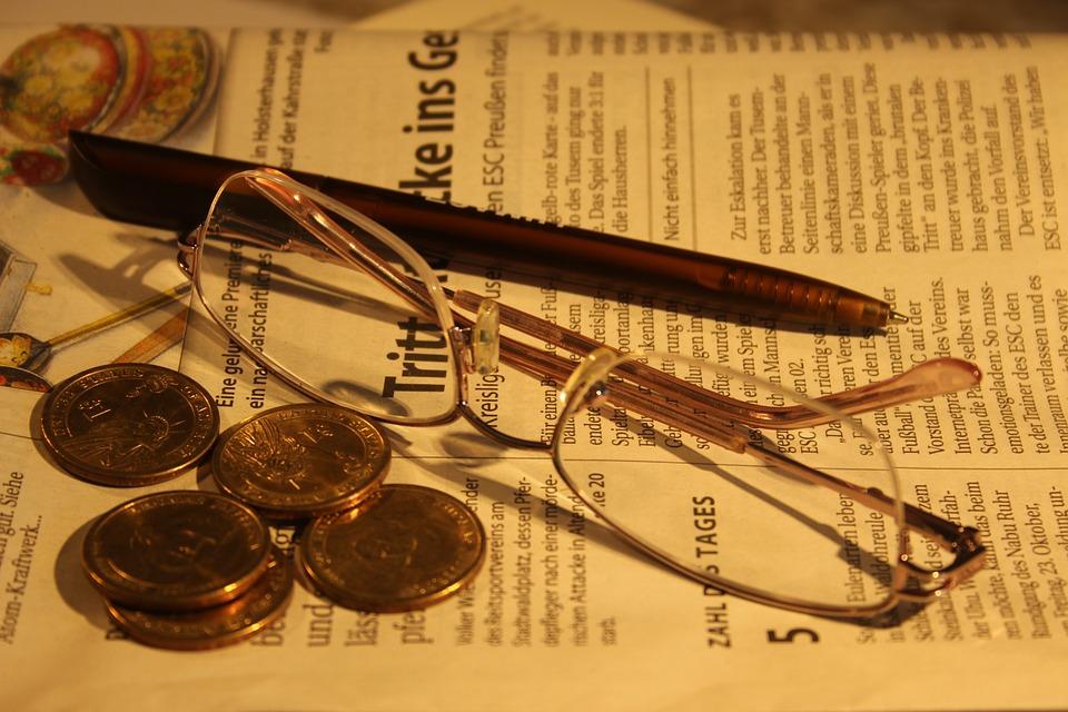 文章と眼鏡とペンと小銭